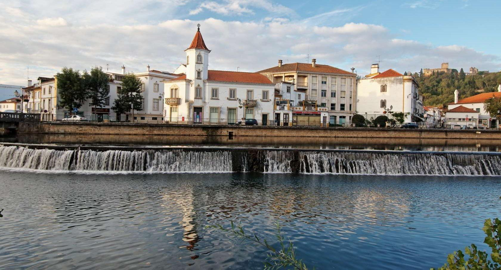 Jutro ob reki Nabao, Tomar, Portugalska